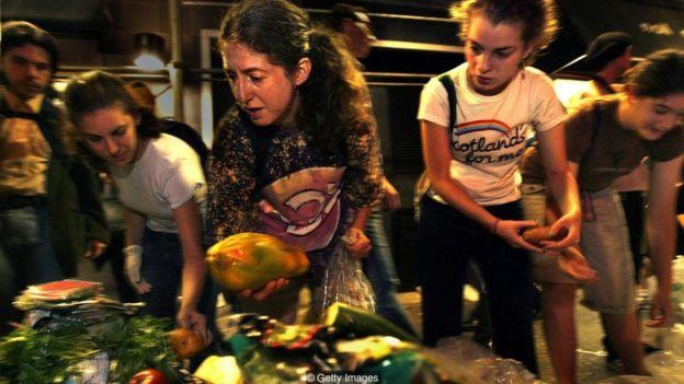 Market ve restoranların attığı yiyeceklerle geçinmeye çalışan çok sayıda insan var.