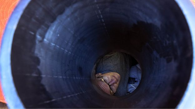 Recibe aire, alimento y agua a través de tubos conectados al ataúd enterrado.