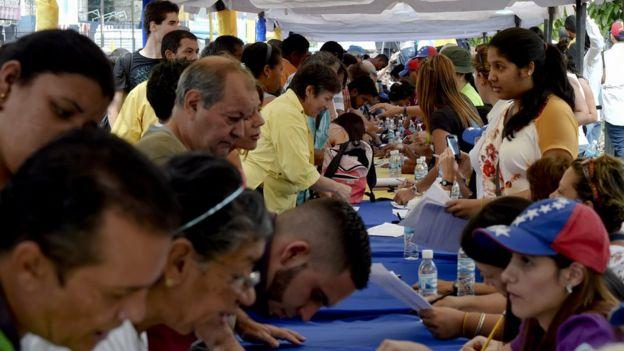 Filas de personas firmando para convocar un referendo revocatorio en Venezuela