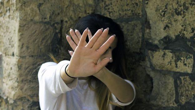 Elleriyle kendisine dokunulmak istenmediğini gösteren bir genç kız