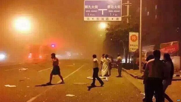 People take shelter on the street after Tianjin explosion 12/08/2015