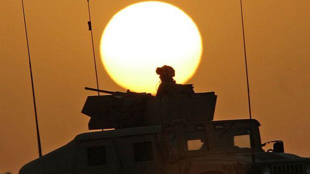 Soldado americano faz patrulha no deserto do Iraque