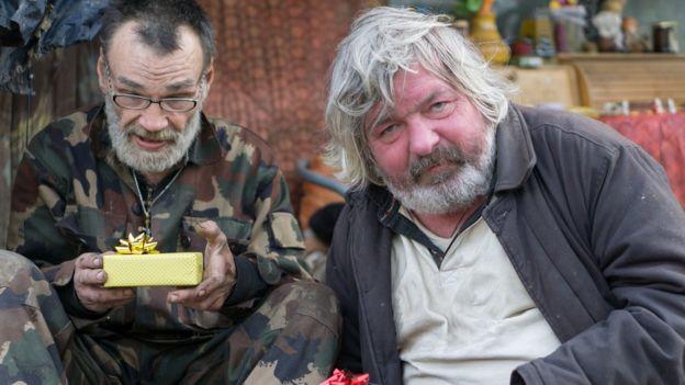 Dos hombres mayores sin empleo.