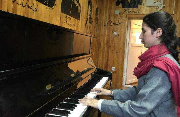 86345658 playingpiano - Afghanistan's  First  Female  Conductor