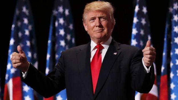 Donald Trump con los pulgares arriba.