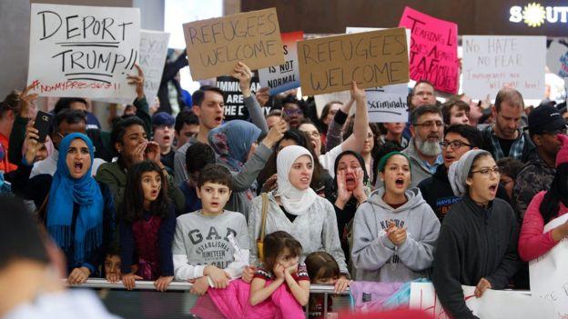 得克萨斯州达拉斯国际机场声援移民的抗议群众(28/1/2017)