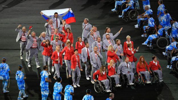 La delegación de Bielorrusia desfiló mostrando la bandera de Rusia.