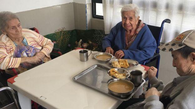 Tres ancianos en la mesa