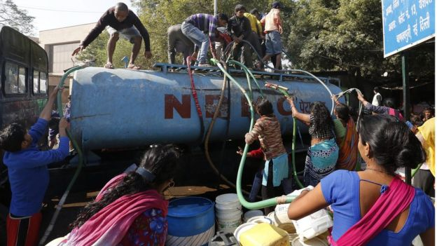 Indian people fill up canisters and containers with water from a tanker in New Delhi, India (22 February 2016)