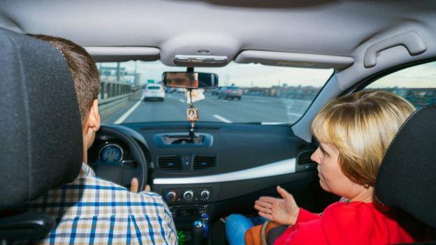 Hombre y mujer en un carro