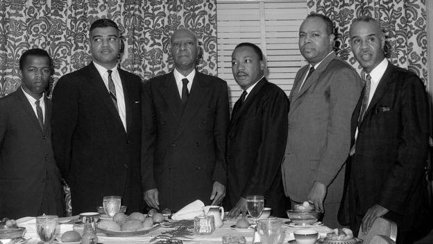 John Lewis aparece en una foto retratado junto a Martin Luther King y otros activistas por los derechos civiles de los afroestadounidenses en la década de los 60.