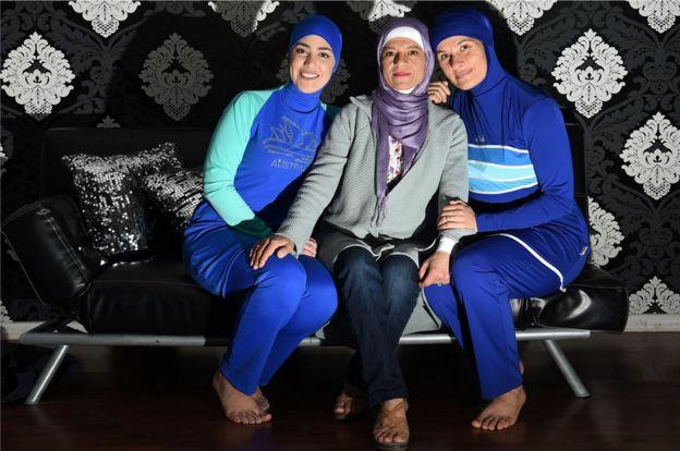 La inventora del burkini con dos modelos musulmanas