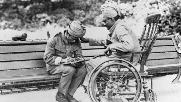 انڈین سپاہی خط لکھتے ہوئے