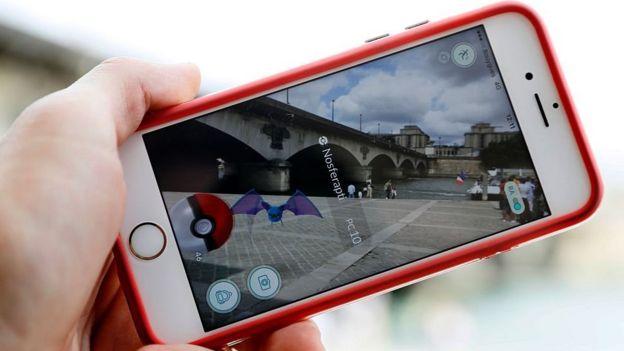 Un teléfono con Pokémon Go