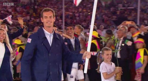 Wanariadha wa Uingereza waingia katika uwanja wa Mariccana wakiongozwa na bingwa wa mchezo wa tenisi Andy Murray