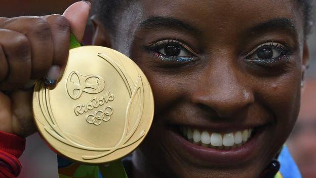 Qué hace tan extraordinaria a Simone Biles, la gimnasta que superó una infancia dura e hizo historia en las Olimpiadas de Río 2016