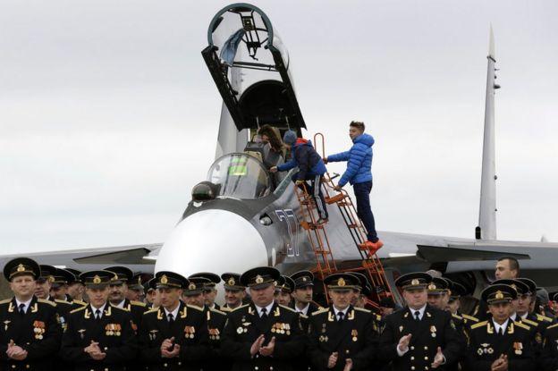 Дети посещают истребитель Су-30см во время российской военно-морской день открытых дверей возле Симферополь, Крым, 4 марта