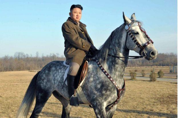 Imagen de Kim Jong un montando a caballo, divulgada en noviembre de 2012 por la agencia de noticias oficial de Corea del Norte.