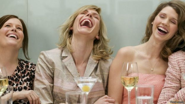 Tres mujeres riendo