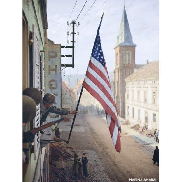 Bandeira americana é hasteada na França após vitória dos Aliados