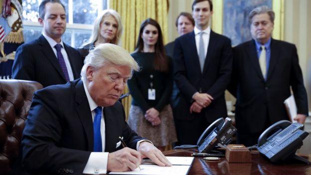 Donald Trump firma órdenes ejecutivas en la Casa Blanca