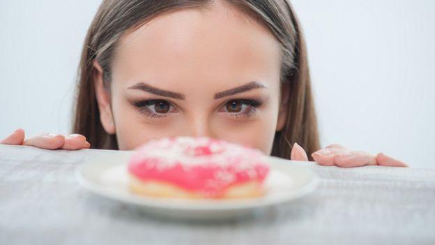 Mujer mirando una rosquilla