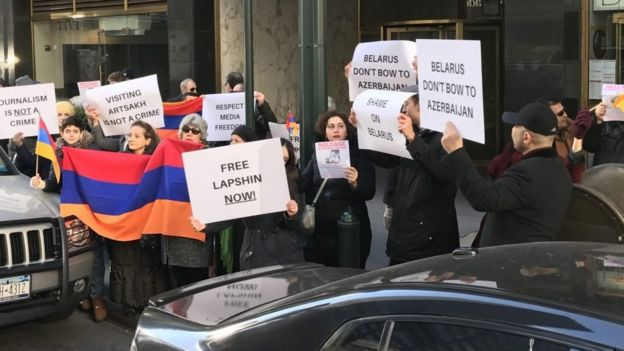 El Comité Nacional Armenio de Estados Unidos pidió su liberación frente a la embajada bielorrusa en Washington.