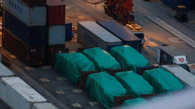 一艘从台湾高雄开往新加坡的集装箱轮在停靠香港期间被查出装运了9辆装甲车,香港海关以涉嫌走私军火为由扣押。