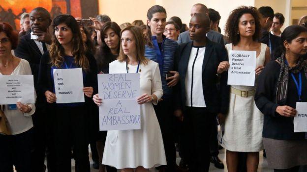 Protesta en la ONU contra el uso de Mujer Maravilla