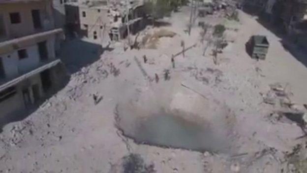 'این روزها بچهها در گودالهایی که بمب ایجاد کرده شنا میکنند'