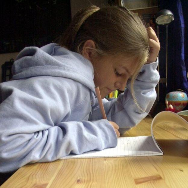 Una niña haciendo tarea