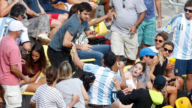 Hinchas de argentina y Brasil discuten.