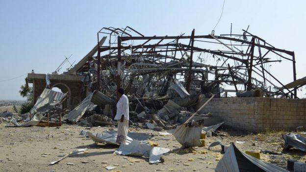 Um centro de transmissão estado após os ataques aéreos liderados pela Arábia destruídas