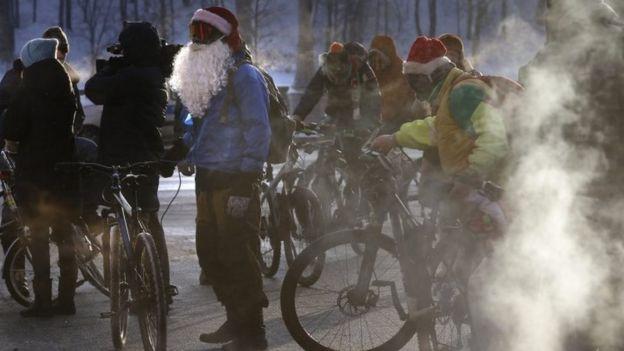 Participantes del desfile de invierno de bicicletas de Moscú el ocho de enero de 2017.