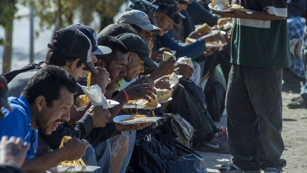Mexicanos deportados comen en un mesón de la iglesia católica en Tijuana.