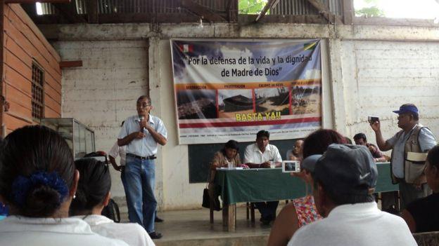 Víctor Zambrano dando charla a dirigentes locales