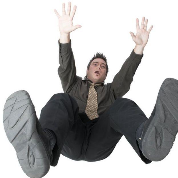 Hombre cayéndose