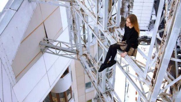 Angela tira foto em arranha-céu