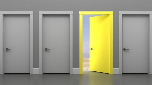 De cuatro puertas, una está abierta