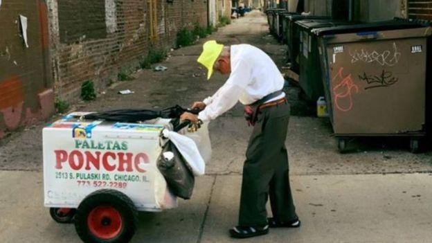 Fidencio Sánchez vendiendo paletas de hielo en Chicago