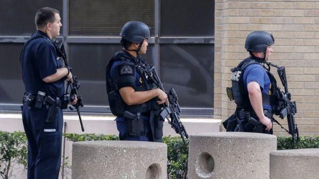 Policías armados frente al cuartel central en Dallas, Texas