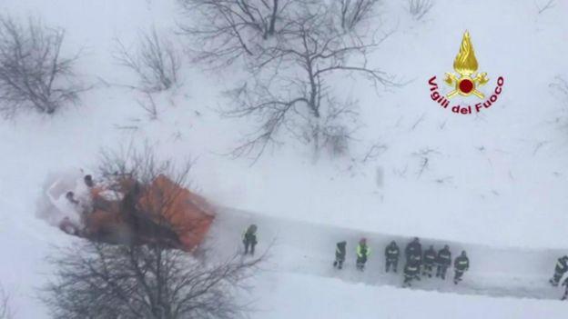 منقذون يشقون طريقهم وسط الثلوج