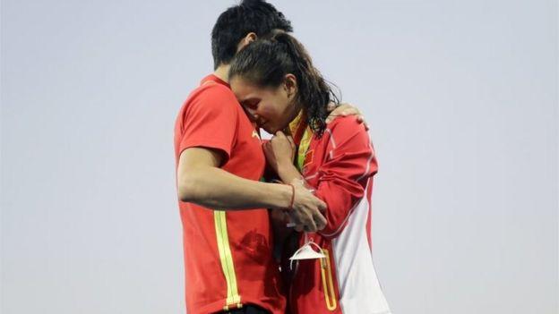 El clavadista chino Qin Kai propuso matrimonio a He Zin, medalla de plata en Rio 2016, en el Centro Acuático Maria Lenk el 14 de agosto de 2016.