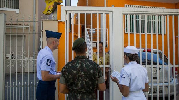 Militares das três forças entregam folhetos explicativos sobre o vírus Zika em São Paulo