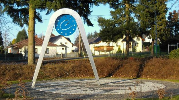 Los 25 miembros de la UE (2004-2007) tenían un centro calculado por el IGN en el pueblo de Kleinmaischeid, Alemania.