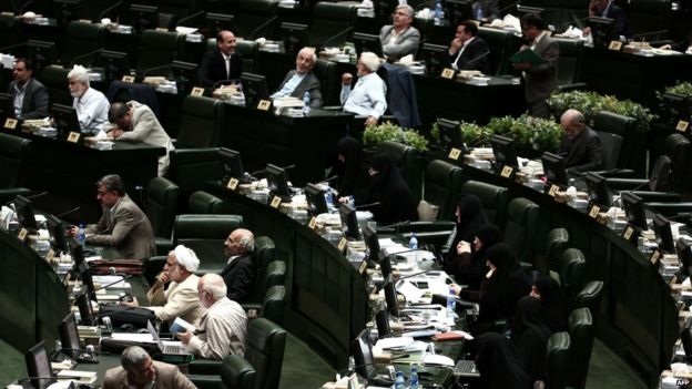 Iranian MPs listen to a speech by Foreign Minister Mohammad Javad Zarif in parliament (21 July 2015)