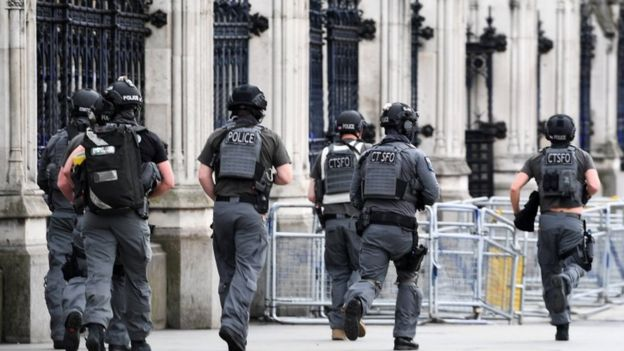Policías armados arribaron a la sede del Parlamento tras el incidente de este miércoles.