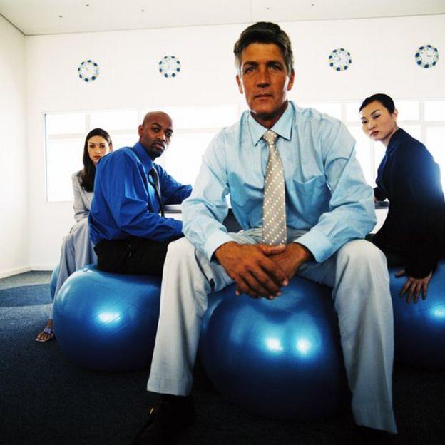 Los lugares de trabajo promueven cada vez más el uso del balón suizo.