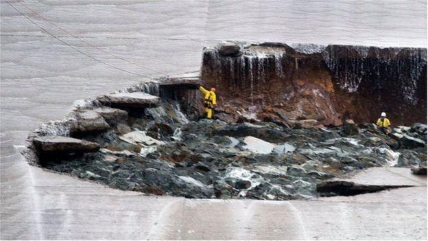 Nhân viên đi kiểm tra nhiều khu vực của đập tràn ở Hồ Oroville trước đó trong tuần