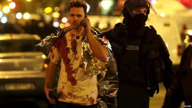 Hombre ensangrentado sale del club Le Bataclan en Paris